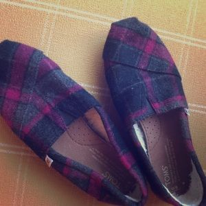 TOMS shoes with fur inside size 6